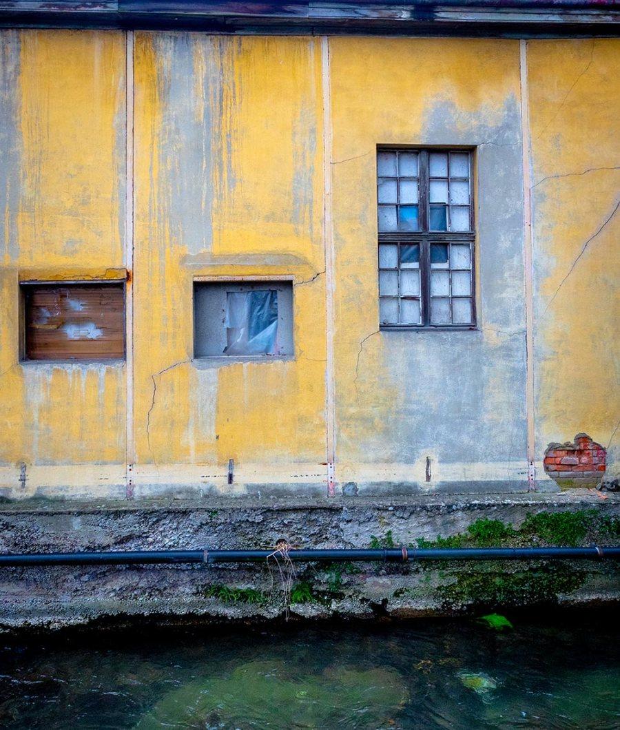 Alte, verfallene Fassade eines Industriegebäudes.