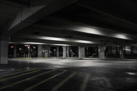 Zwart wit foto van een parkeergarage