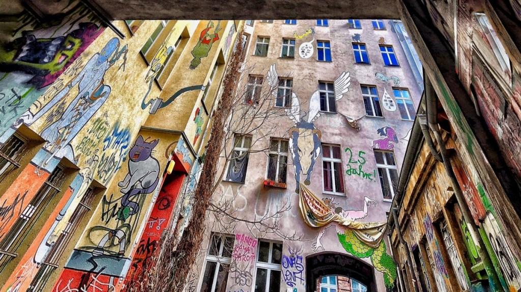 Die Brunnenstrasse Berlin und ihre raue Seite: Einblick in einen Innenhof
