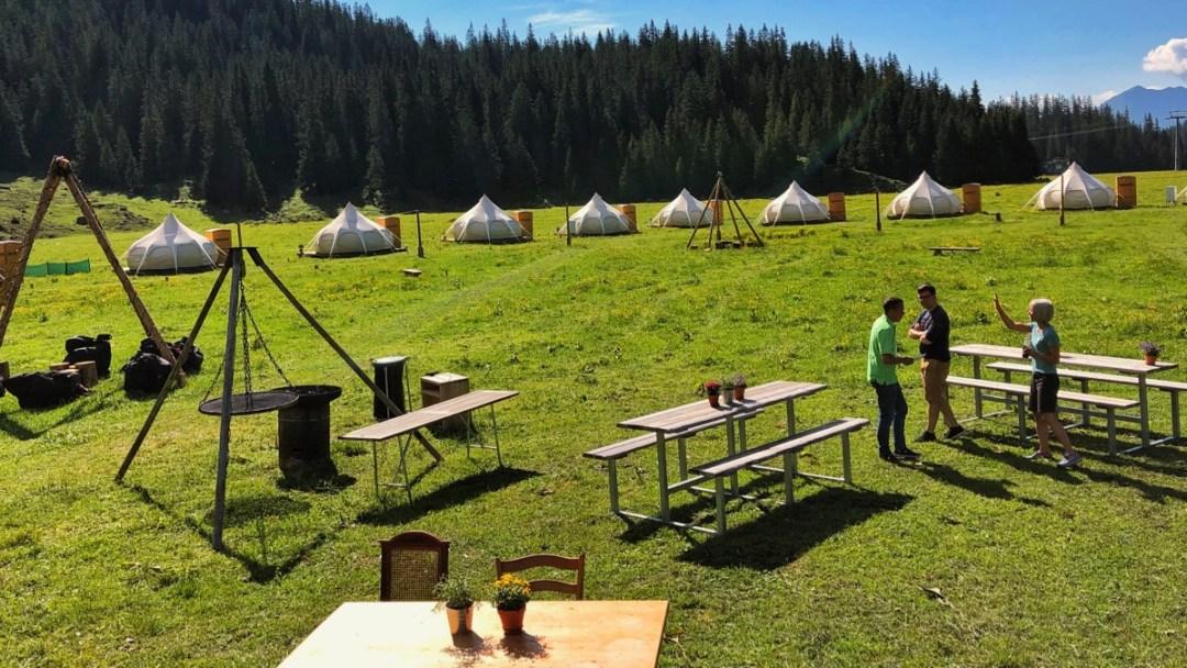 TCS Pop-Up Glamping-Dorf auf der Alp Plaun oberhalb von Laax in der Schweiz