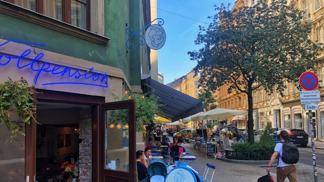 Im Generationenkaffeehaus Vollpension Wien servieren Pensionisten.