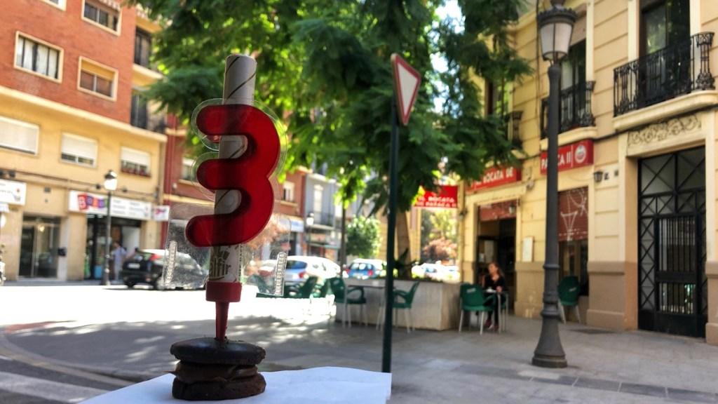 Shopping an der Calle de Cuba in Valencia Russafa: Mitbringsel für die Party-Torte: Eine Rakete mit Altersanzeige.