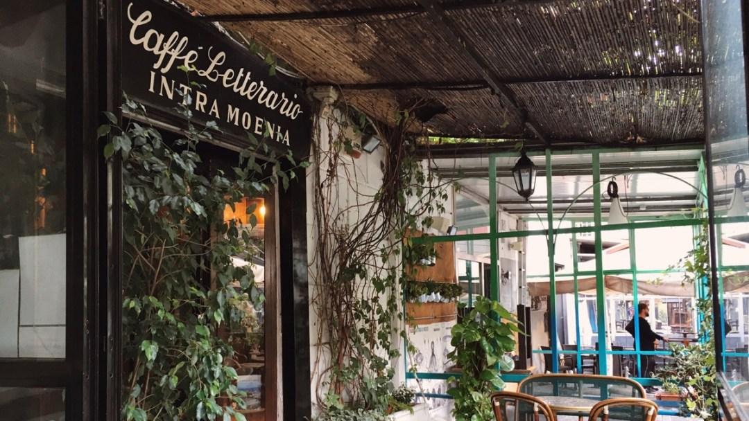 Cafe Intra Moenia, an der Piazza Bellini, in der Altstadt von Neapel. Ein Tipp vom Reiseblog der Internaut