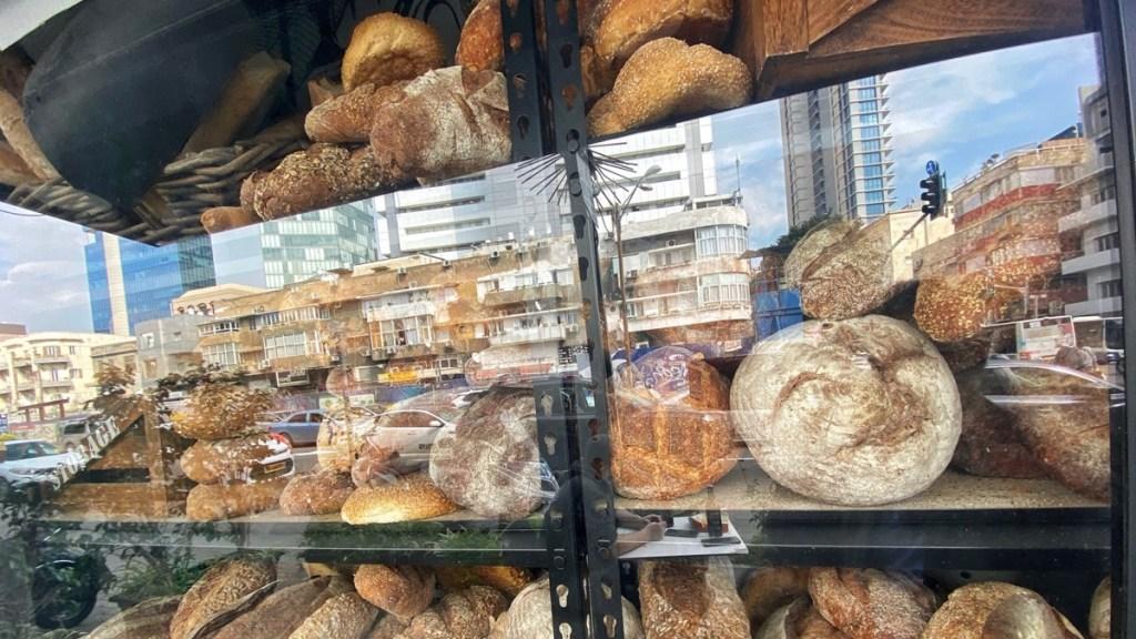 Auslage einer Bäckerei in Tel Aviv, Israel