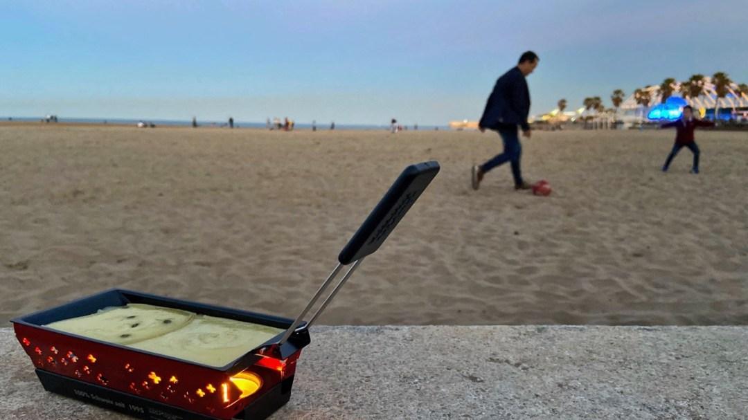 Mini-Raclette-Ofen im Test am Strand von Valencia. Reiseblog der Internaut prüft kompakten Raclette-Ofen für die Reise.