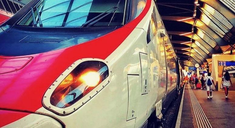 Hauptbahnhof Zürich, eleganter Zug vor Abreise