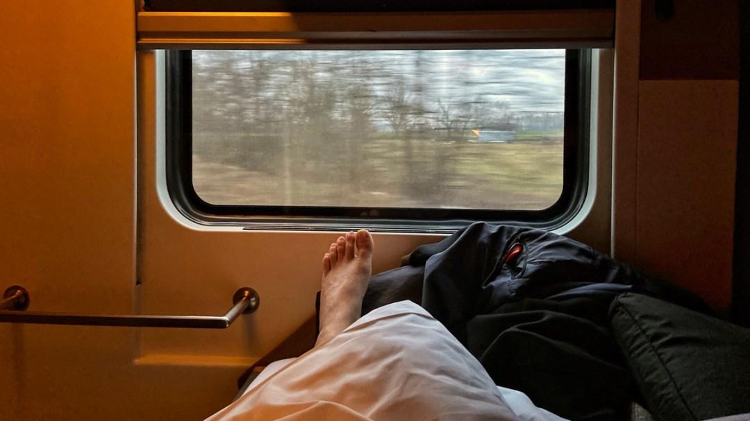 Nachtzug nach Berlin, Fuss vor Fensterglas, dahinter die Landschaft in Baden-Württenberg