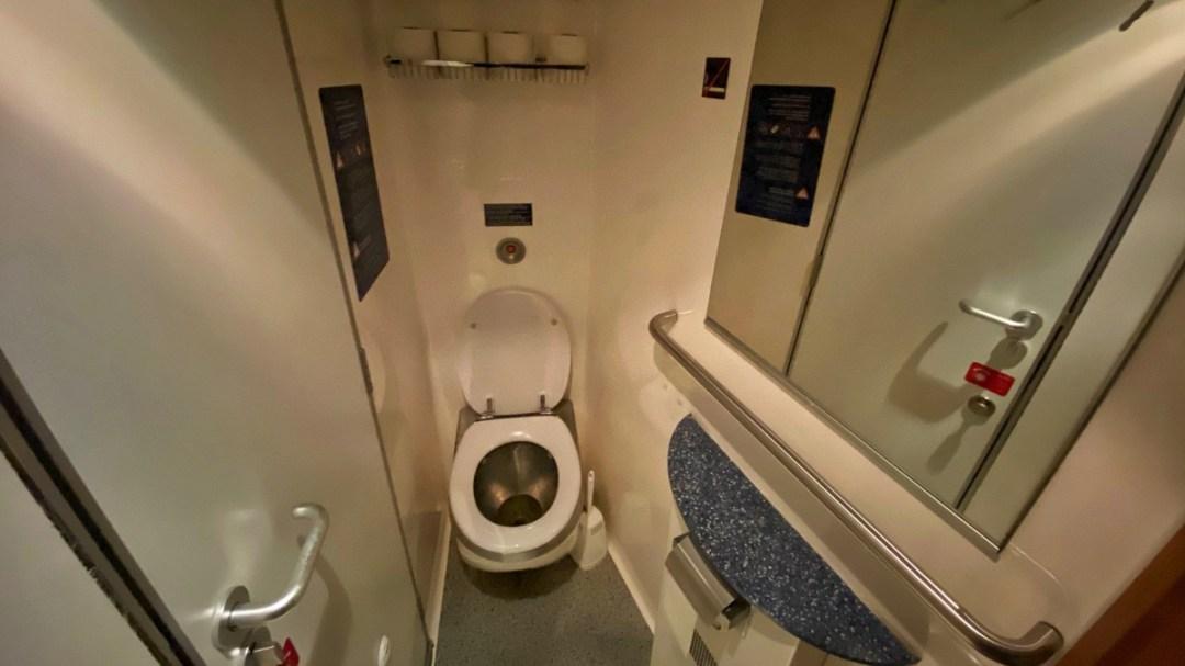 Toilette im ÖBB-Nightjet auf der Fahrt von Zürich nach Berlin