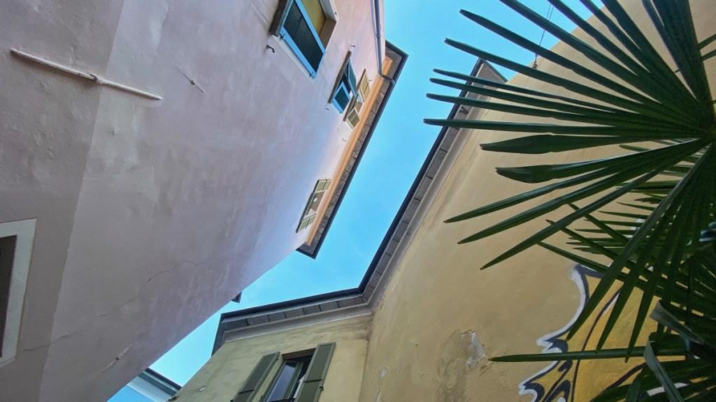 Tessin, schöne Stimmung in der Altstadt von Locarno, der Himmel über der Via della Motta in der Altstadt von Locarno