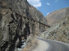 Eisenbahn kreuzt Strasse in Anden