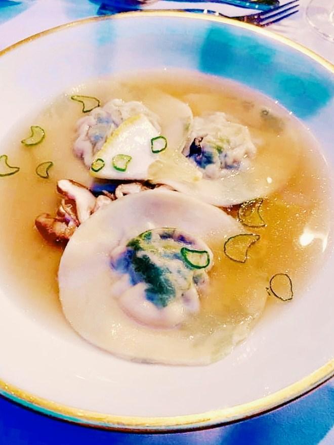 Vorspeise beim Dreigang Supper Club: Gemusterte Kerbel-Ravioli mit Pilzfüllung, serviert in feiner Bouillon mit gehobelter Cedri und Shiitake