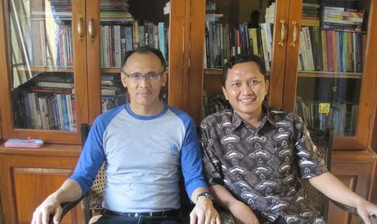 Kepala Desa Dermaji, Bayu Setyo Nugroho bersama Prof. Cece Sobarna, Guru Besar Linguistik Unpad (berkacamata)