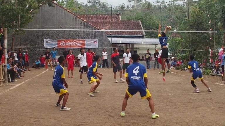 Suasana Turnamen Bola Voley Dharma Satria Cup 2014 di Gelora Kedawung Desa Dermaji