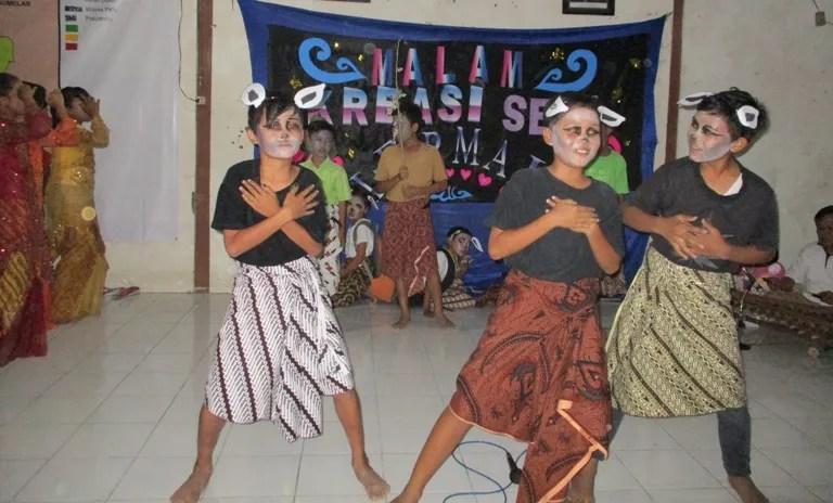 Penampilan seni teater oleh siswa siswi SD Negeri Dermaji pada acara Gelar Seni dalam rangka Perpisahan Mahasiswa KKN Unsoed di Pendopo Desa Dermaji