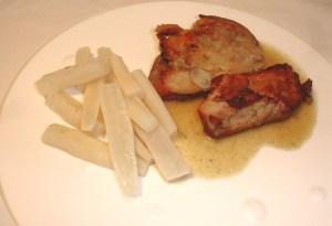 In Butter gebratene Kalbsbrustscheiben mit Schwarzwurzeln