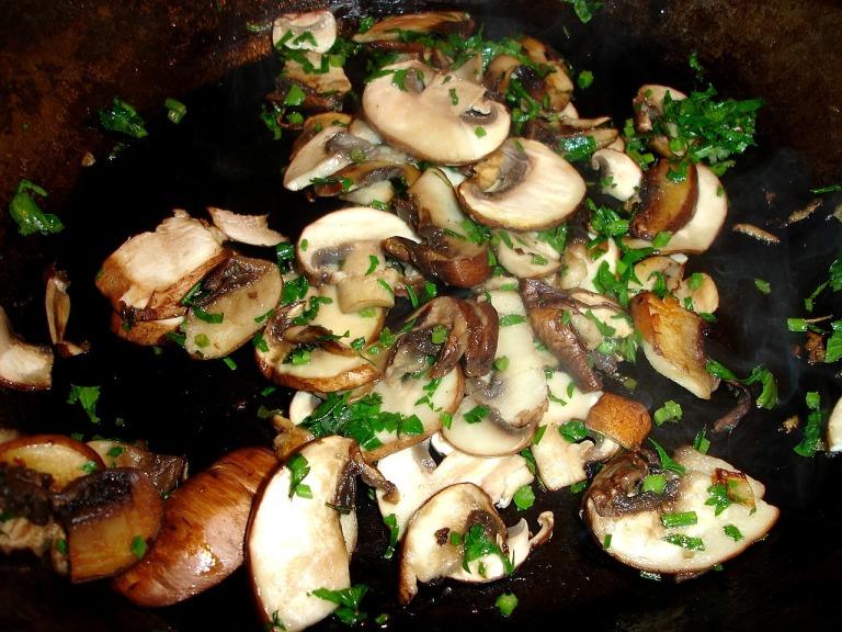 Pilze in kleinen Mengen anbraten