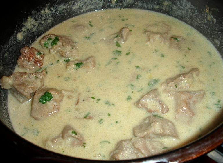 Kalbfleischwürfel in der Rahmsoße weichkochen