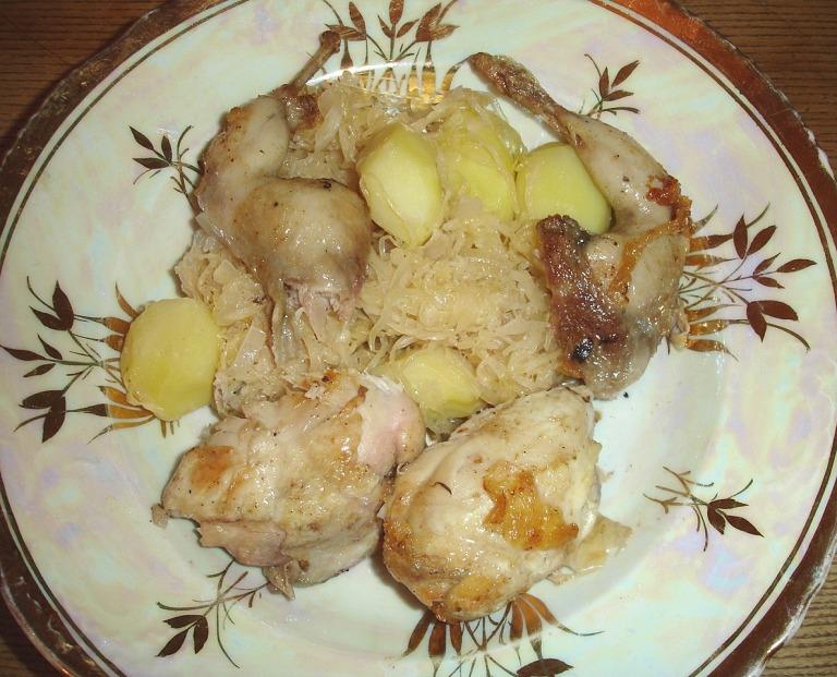 Wachtel, gepökelt und gebraten mit Sauerkraut und Kartoffeln