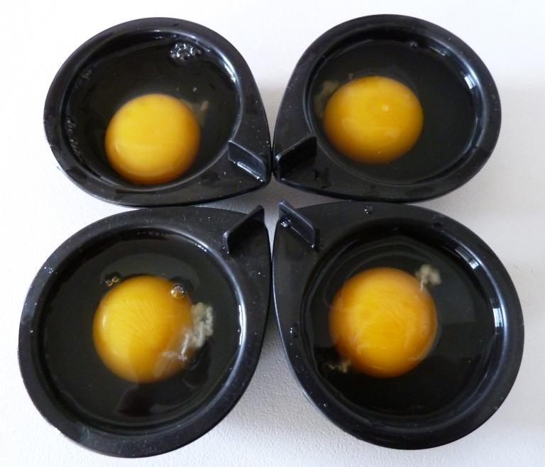 Eier in die eingefetteten Förmchen geben