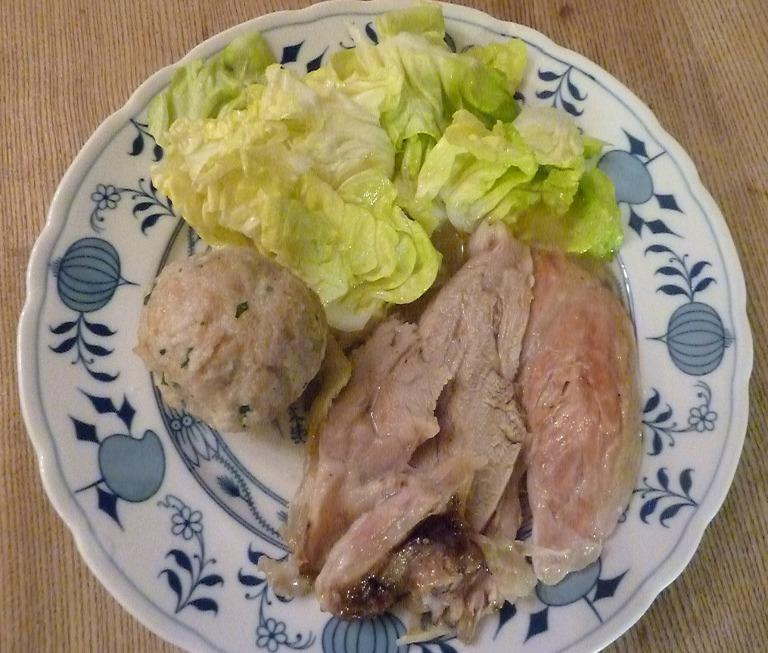 Kalbshaxe mit Semmelknödel und grünen Salat