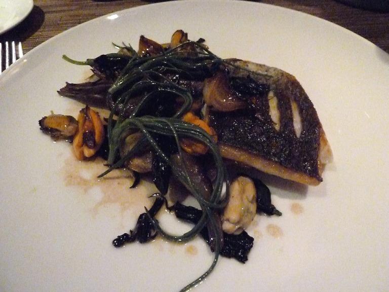 Kross gebratenes Fischfilet mit Seebohnen und Miesmuscheln