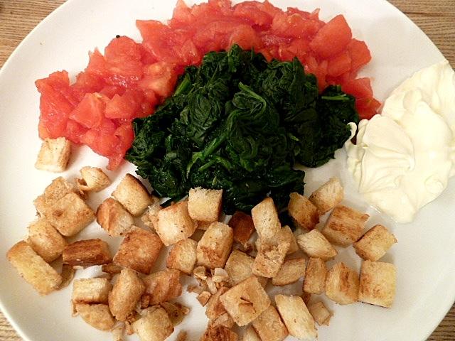Tomatenwürfel, Spinat, geröstete Brotwürfel und Creme fraiche
