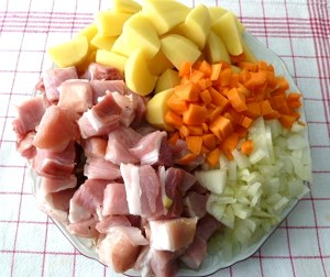 Schweinebauch, Zwiebeln, Kartotten und Kartoffeln