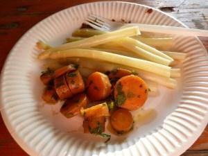 Karottensalat und Spargel in Essig und Öl