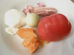 Ein Rest Mimolet, Mozzarella, Zwiebel, Knoblauch, Speck, Ochsenherztomate