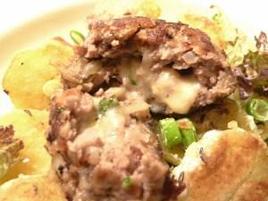Fleischflanzerl mit Käsefüllung und Bratkartoffelsalat