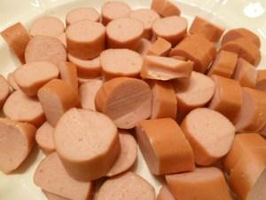 Wiener Würstchen in Scheiben schneiden