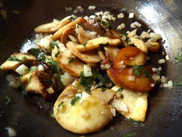 Kräuterseitling mit Zwiebeln und Knoblauch in Butter anbraten