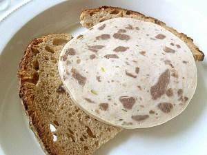 Altes Brot und eine Scheibe Mitzwurst