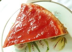 Käsekuchen mit Erdbeermarmelade überzogen