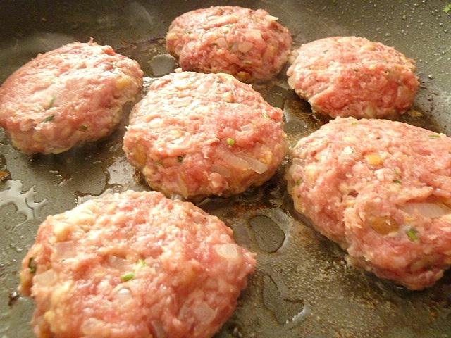 Fleischpflanzerl mit Kartoffelsalat und Gurken
