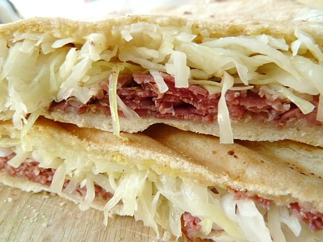 Pastramisandwich mit Käse und Krautsalat