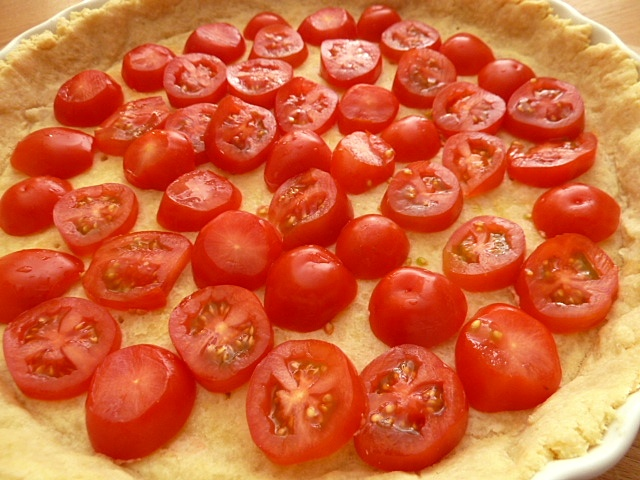 Mit Tomaten belegen