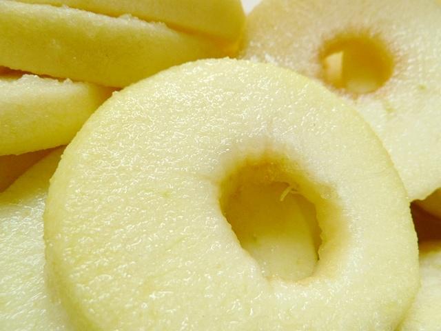 Die Apfelscheiben marinieren