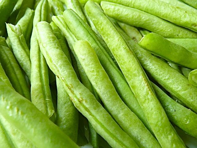 Grüne Bohnen putzen und kleinschneiden