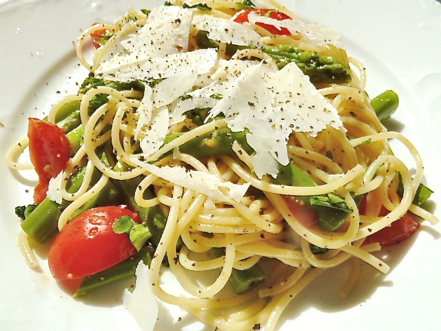 Spaghetti mit grünen Spargel, Cocktailtomaten und Pecorino