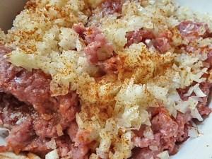 Gemischtes hack, Zwiebeln, Brot, viel Chili und Salz zu einem Teig verkneten