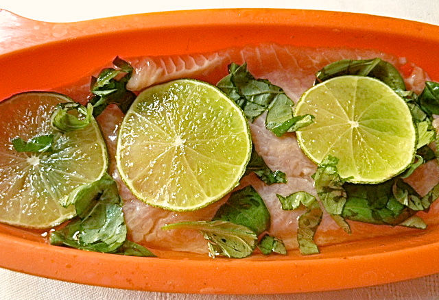 Chilinudel-Salat mit Lachsforelle mit Limette und Basilikum