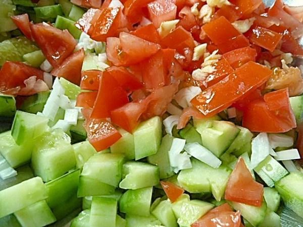 Tomate, Gurke, Zwiebel und Knoblauch kleinschneiden