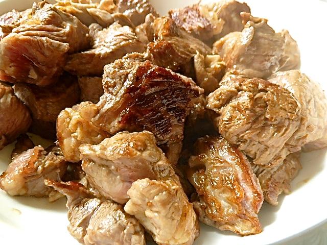 Die Fleischstücke portionsweise anbraten