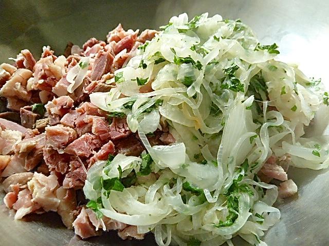 Fleisch gewürfelt, angeschwitze Zwiebeln und Petersilie