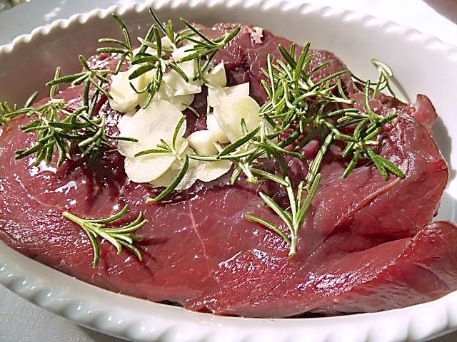 Die Steaks marinieren