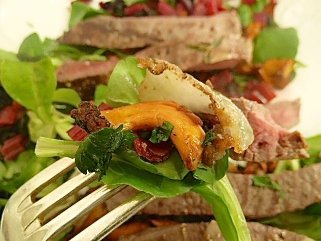 Tagliata von der Perdehüfte mit herbstlichen Salat: Pfifferlinge, Mangold, Lardo di Colonnata und Feldsalat