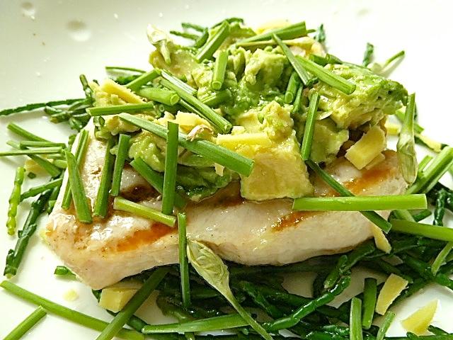 Schwertfisch mit Salicornes, Avocado, Ingwer und asiatischen Schnittlauch
