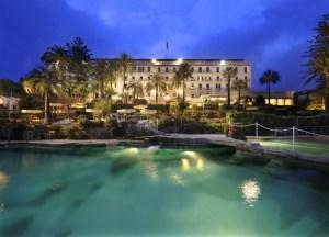 Das Hotel Royal bei Nacht