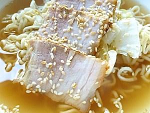 dünne Scheiben Fleisch einlegen ud mit Sesamsaat bestreuen